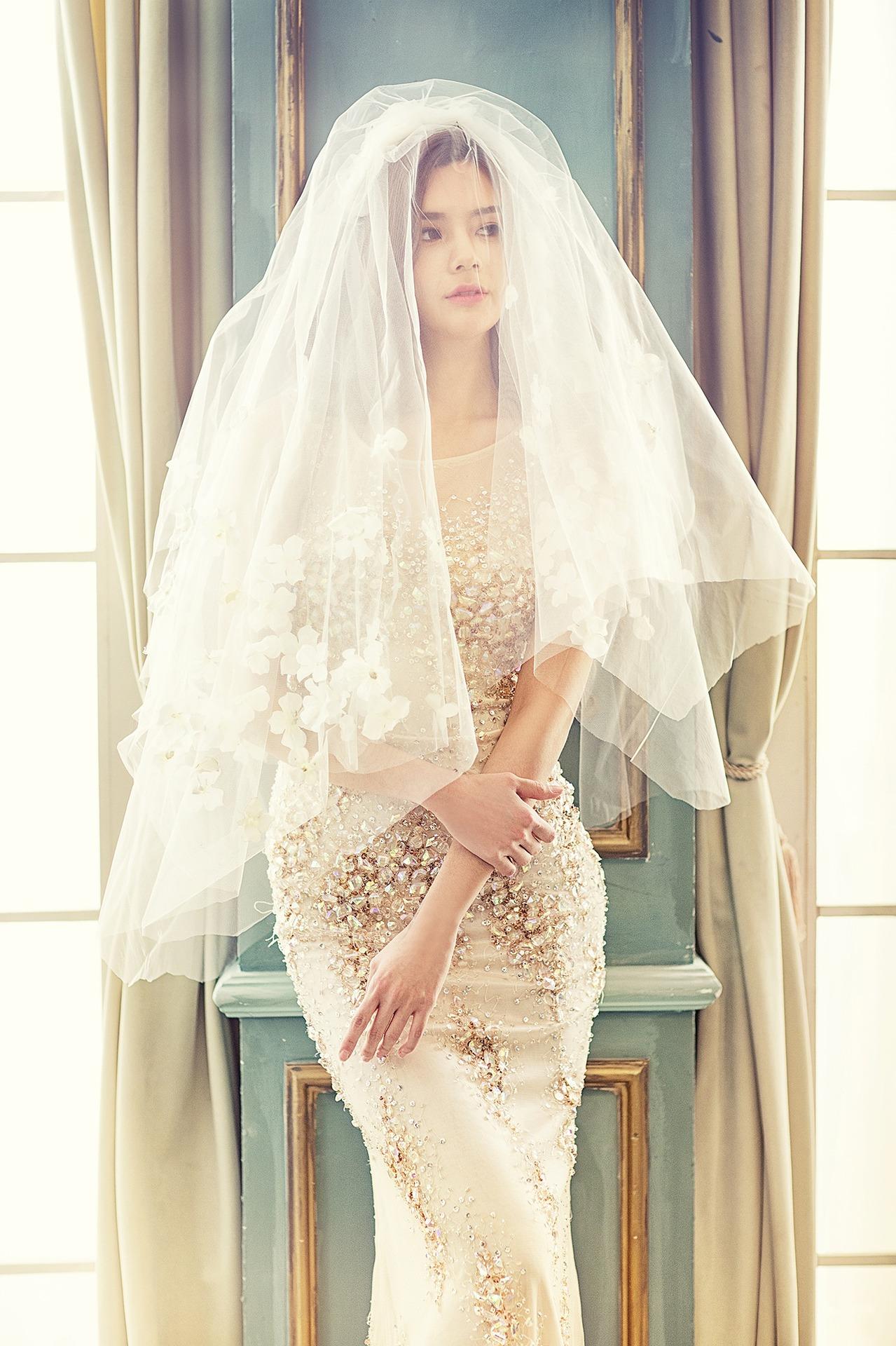 Zeitlosigkeit ist immer an der Spitze. Weiße Hochzeitsstrümpfe als klassisches Element des Innenraums.